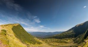 山绿色山谷小河风景 库存图片
