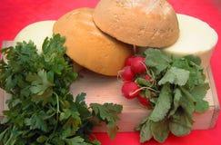山羊乳干酪、萝卜和面包 免版税库存图片