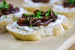 山羊乳干酪和草本Crostini用熔化葱 免版税库存图片