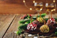 山羊乳干酪球开胃菜的变异用开心果, pomegra 免版税库存照片