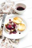 山羊乳干酪用莓果调味汁、香醋和坚果 图库摄影