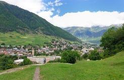 山老村庄在背景中 库存图片