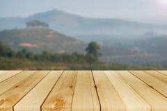 山背景和树和木桌 免版税库存照片