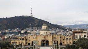 山背景的大教堂  免版税库存图片