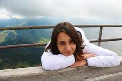 山背景的女孩  免版税库存图片