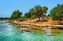 山背景的马尔马里斯港海滩美丽的蓝色海 库存图片