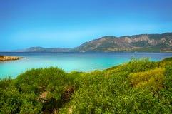 山背景的马尔马里斯港海滩美丽的蓝色海 免版税库存图片