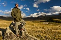 山背景的年轻旅客  图库摄影