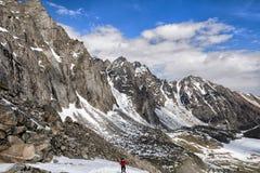 山脉和一个登山人倾斜上升的 库存照片