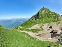 山脉和谷与空中览绳,看法从高度 免版税库存图片