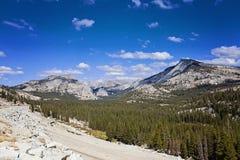 山脉和谷视图在优胜美地国家公园,加利福尼亚,美国 免版税库存照片