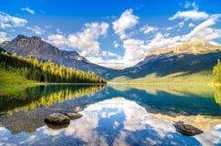 山脉和水反射,鲜绿色湖,岩石mountai 库存照片