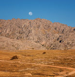 山脉和满月 免版税库存图片