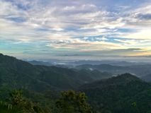山脉在多云天 美好的横向 库存图片