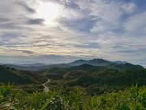 山脉在多云天 美好的横向 免版税库存照片