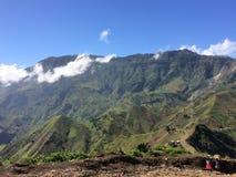 山脉在有云彩的海地在后面地面 库存照片