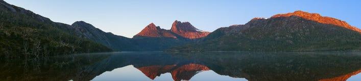 山脉美丽如画的全景在sunr的湖反射了 图库摄影