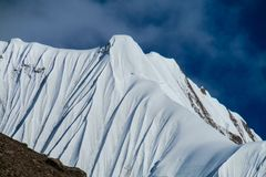 山脉雪峰顶和倾斜 库存照片