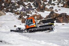 山脉 滑雪堆积器 吹雪机雪板运动和坡道滑雪的雪犁 厄尔布鲁士山峰顶  北高加索俄罗斯 库存图片
