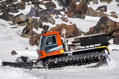山脉 滑雪堆积器 吹雪机雪板运动和坡道滑雪的雪犁 厄尔布鲁士山峰顶  北高加索俄罗斯 库存照片