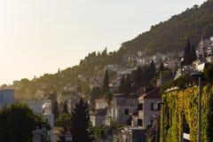 山腰山坡日落的美丽的Medite欧洲议院 库存照片
