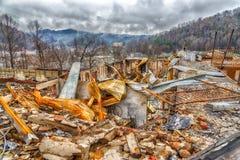 山腰汽车旅馆被烧焦的遗骸在森林火灾以后的 免版税库存照片