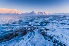 山自然斯瓦尔巴特群岛朗伊尔城有蓝天晴天墙纸的斯瓦尔巴特群岛挪威在日落期间 库存图片