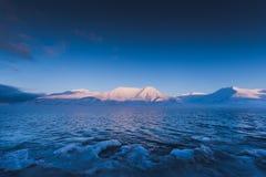 山自然斯瓦尔巴特群岛朗伊尔城有蓝天晴天墙纸的斯瓦尔巴特群岛挪威在日落期间 免版税库存照片