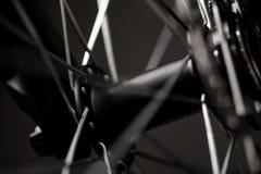 山自行车摄影在演播室,有盘式制动器的自行车轮子,自行车零件,圆 库存照片
