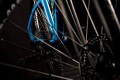 山自行车摄影在演播室,有盘式制动器的自行车轮子,自行车零件,圆 图库摄影