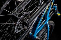 山自行车摄影在演播室,有盘式制动器的自行车轮子,自行车零件,圆 库存图片