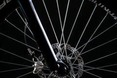 山自行车摄影在演播室,有盘式制动器的自行车轮子,自行车零件 免版税库存照片