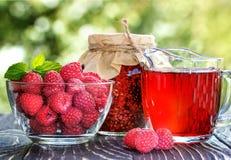 山莓果酱、莓汁和新鲜的莓 免版税库存图片