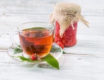 山莓果酱和茶在杯子 免版税图库摄影