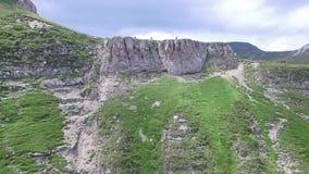 山行迹和远足者鸟瞰图高原的 影视素材