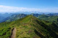 山行迹有在Damüls,奥地利附近的一张视图 库存图片