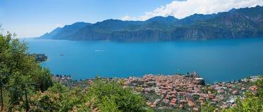 从山行迹的鸟瞰图到旅游目的地malcesine 库存图片