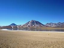 山被设置反对原始天空 免版税库存图片