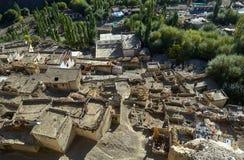 山西藏村庄,从上面一张图片,从空气:泥房子屋顶平台图片和绿色树的底部的 库存照片