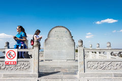 山西,中国- 2015年9月19日:一块纪念碑石头在他顶部 图库摄影