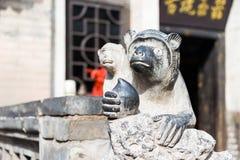 山西,中国- 2015年9月05日:在王家人Cour的猴子雕象 库存照片