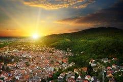 山谷和日出的城市 免版税图库摄影