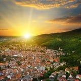 山谷和日出视图的城市从上面 免版税库存照片