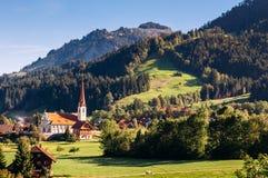 山谷和马尔巴赫镇恩特勒布赫,瑞士生物圈储备  免版税库存图片