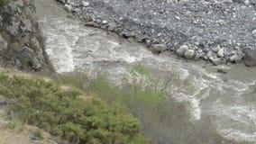 山谷的河在Mt.什哈拉山的脚 Kazbegi 乔治亚,欧洲 alania高加索联邦山北ossetia俄语 喀尔巴阡山脉,乌克兰,欧洲 股票录像