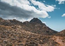 山走 远足和在克利特,希腊海岛上的游人路线  对著名Balos海滩的方式在热 免版税库存照片