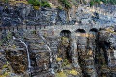 山路叫路对太阳在冰川国家公园 免版税图库摄影