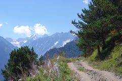 山路和山风景在一夏天好日子 免版税库存照片