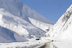 山路在冬天 免版税库存照片