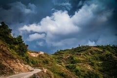 山路在尼泊尔 库存图片